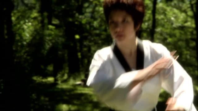 vídeos y material grabado en eventos de stock de la lucha – mujer regroups toma mediana - kárate