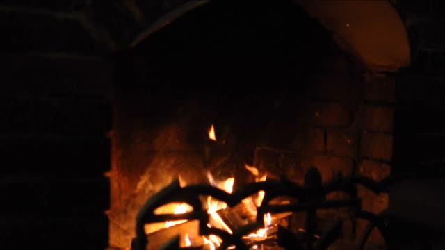 the fire burns in the fireplace at home - ludzka osada filmów i materiałów b-roll