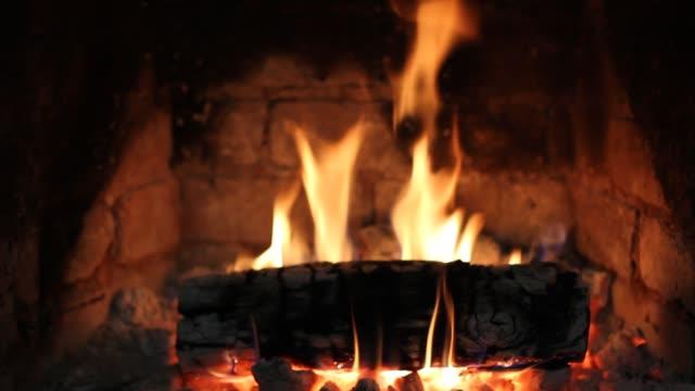 şöminedeki ateş yanıyor. - şömine odunu stok videoları ve detay görüntü çekimi