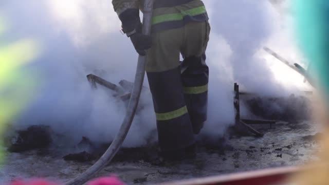 vídeos y material grabado en eventos de stock de el bombero apaga el fuego - brigada
