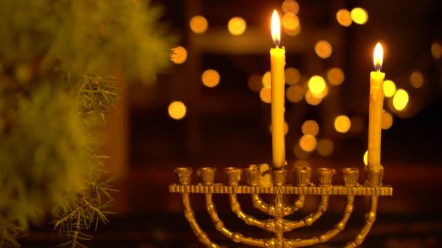 vídeos y material grabado en eventos de stock de la primera noche de hanukkah. una luz en la menorah - hanukkah