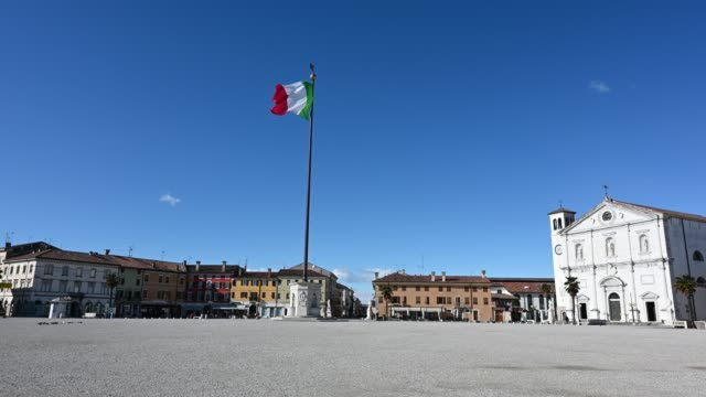 flaga republiki włoskiej leci na dużym placu palmanova - kultura włoska filmów i materiałów b-roll