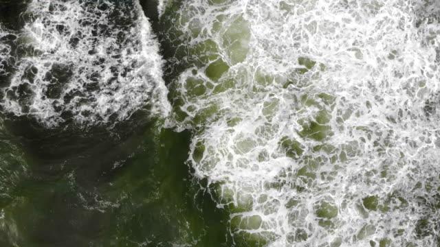 vídeos y material grabado en eventos de stock de el vuelo por encima de las olas del mar - borde del agua