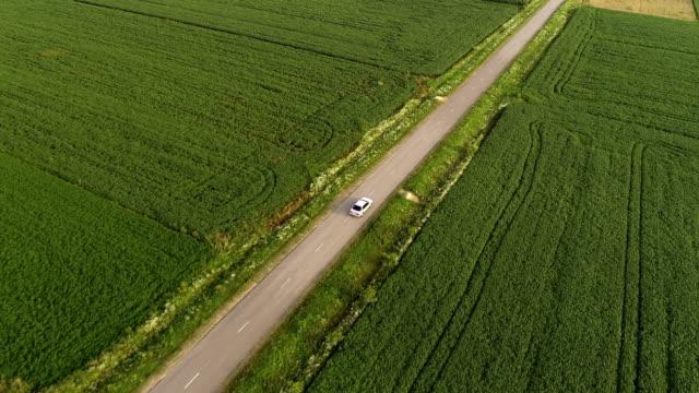 vídeos de stock, filmes e b-roll de o voo acima o carro na estrada. quadrocopter tiro - multicóptero