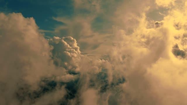 flygningen i vackra moln på den soliga bakgrunden - flyga bildbanksvideor och videomaterial från bakom kulisserna