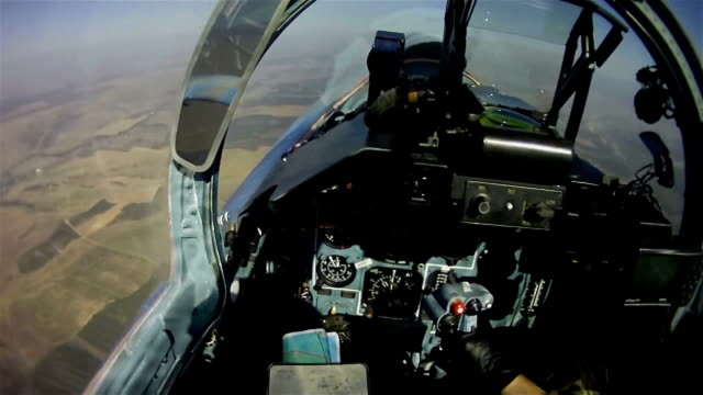 the flight of a military aircraft. view from the cockpit. - pilota video stock e b–roll