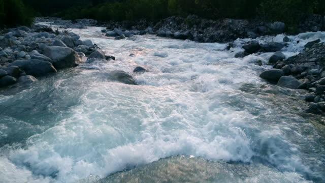 vídeos de stock, filmes e b-roll de o voo do drone sobre o belo rio montanhoso de cor azul. - penedo