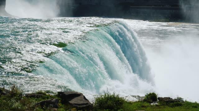 vídeos de stock, filmes e b-roll de o fluxo de água nas cataratas do niágara - rio niagara