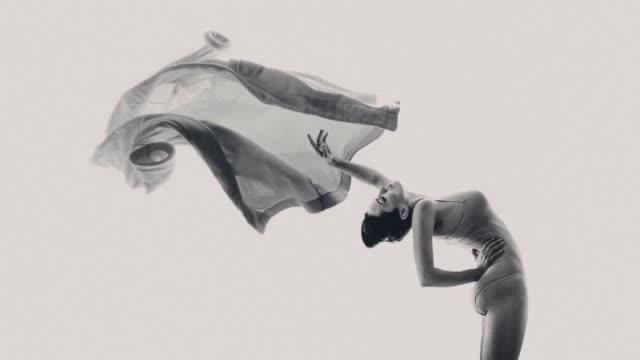vídeos de stock, filmes e b-roll de o roupão voador - bailarina