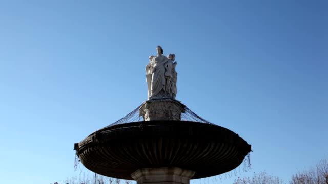 vidéos et rushes de la fontaine la rotonde, aix-en-provence, france, le temps qui passe - aix en provence