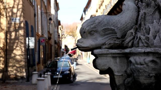 vidéos et rushes de la fontaine des quatre dauphins rue, intersection, aix-en-provence, france - aix en provence