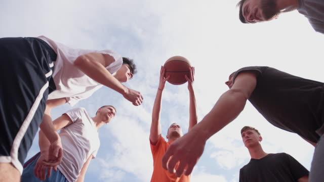 il gioco è iniziato - lega sportiva amatoriale video stock e b–roll