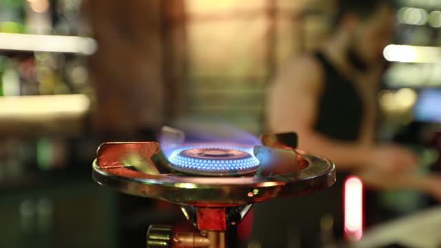 ガスこんろは、夜のバーで燃えます。 - 異国情緒点の映像素材/bロール