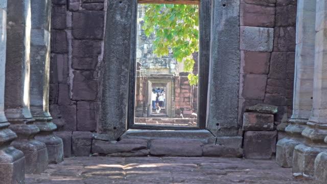 vídeos de stock, filmes e b-roll de o portão do castelo foi construído de pedra posterior. - phimai