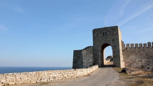 カリアクラ岬、ブルガリアの海岸線の中世の要塞のゲート - 城点の映像素材/bロール