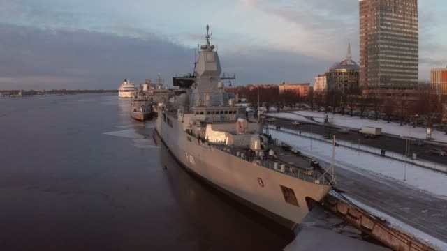 "vídeos de stock e filmes b-roll de the german frigate f 221 ""hessen"" in riga - fuzileiro naval"