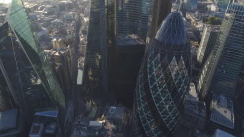 vidéos et rushes de le gherkin et la ville de londres - horizon urbain