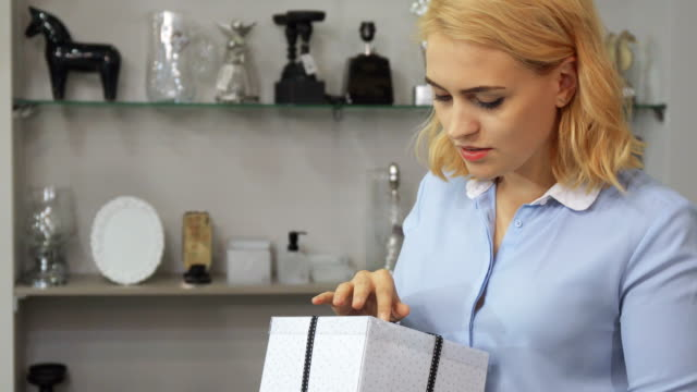 the girl checks the packing box - декантер стоковые видео и кадры b-roll