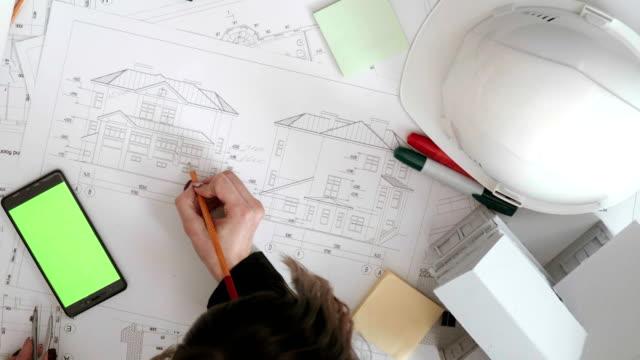 flickan kontrollerar storleken på avdelaren och korrigerar dem. - construction workwear floor bildbanksvideor och videomaterial från bakom kulisserna