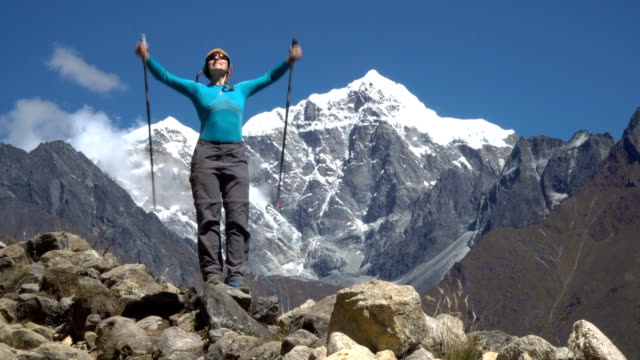 少女が崖の上に登る - ネパール点の映像素材/bロール