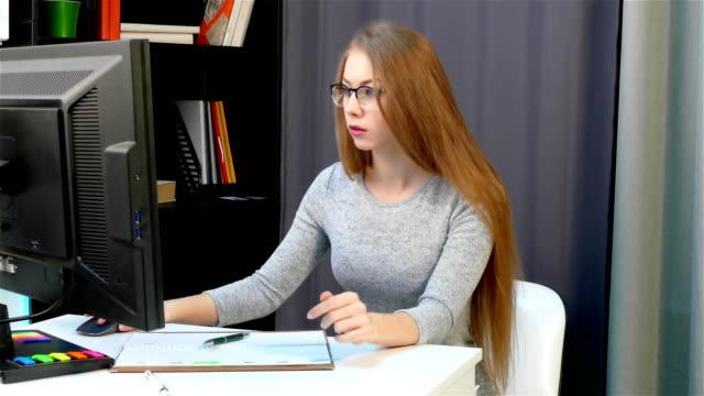 das mädchen gibt daten in das protokoll aus dem computer-monitor - unterordnung stock-videos und b-roll-filmmaterial