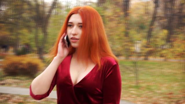 vídeos de stock, filmes e b-roll de a garota vai ao parque e fala no telefone - setembro amarelo