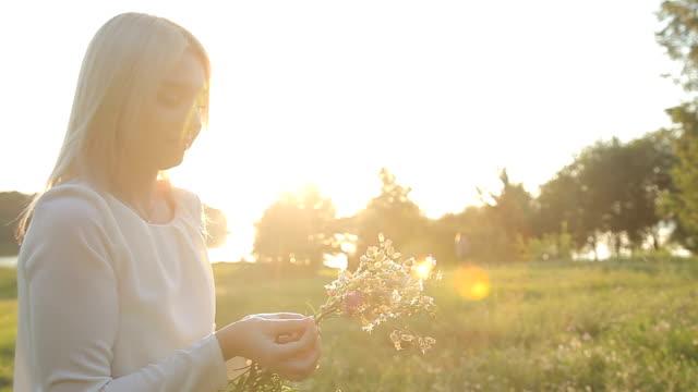 das mädchen am abend versammelt wildblumen - weißrussland stock-videos und b-roll-filmmaterial