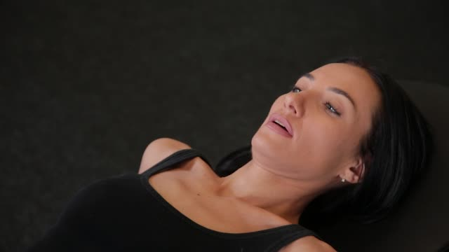 kız spor salonunda bacak basın makinesi yapıyor - i̇nsan sırtı stok videoları ve detay görüntü çekimi