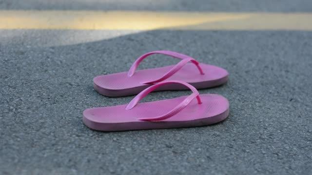 vídeos y material grabado en eventos de stock de la chica es descalza y en zapatillas. - moda playera