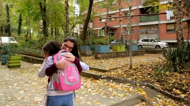 la chica va a volver de la escuela, la madre está a la espera - vídeo