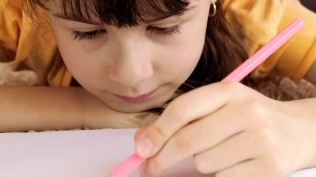 the girl is drawing. - matita colorata video stock e b–roll