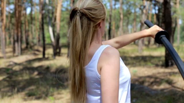 這個女孩和 bokken 的劍柔術在一起。 - sword 個影片檔及 b 捲影像