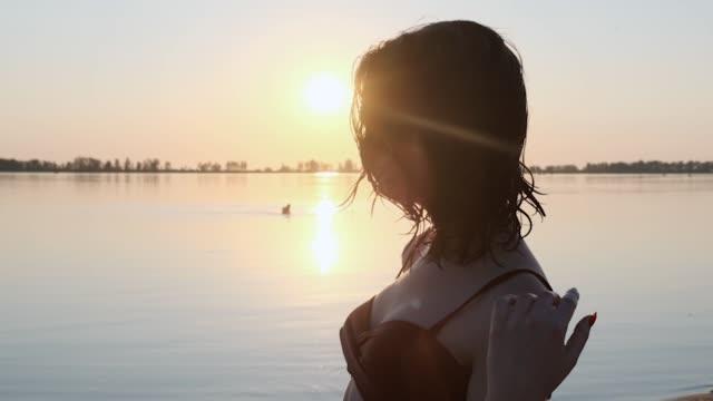 the girl on the beach meets dawn. - wschodnio europejski filmów i materiałów b-roll