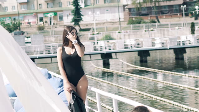 La jeune fille pose pour le photographe sur l'eau de la plage - Vidéo