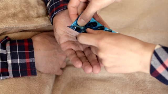 少女の手のひらに人にプレートからタブレットをぎゅっとつかむ - 抗生物質点の映像素材/bロール