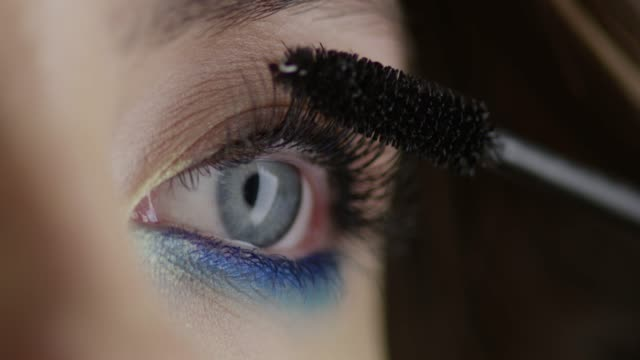 vídeos de stock e filmes b-roll de the girl uses mascara. fashion video. slow motion. 4k 30fps prores 4444 - rímel