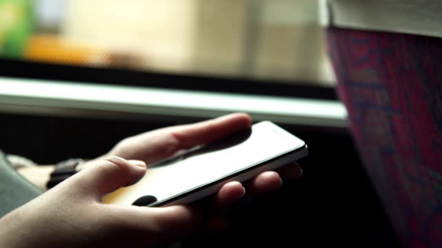 La chica utiliza el teléfono en el bus - vídeo