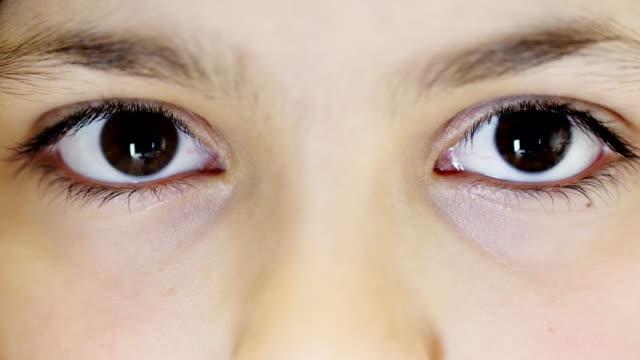女の子の目。超クローズ アップ - まつげ点の映像素材/bロール