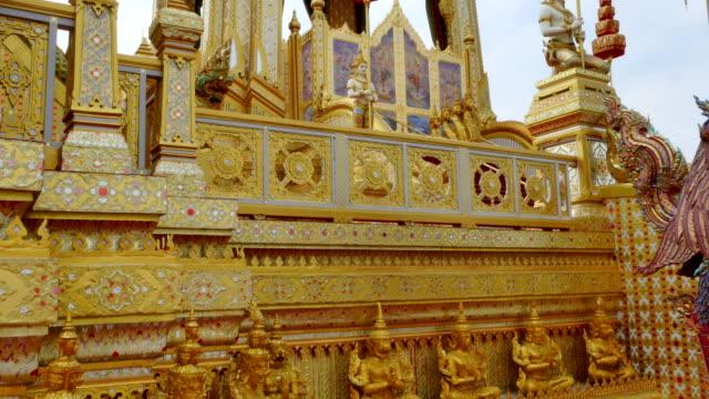 den gyllene begravning bålet tornet av kung bhumibol adulyadej. kungen av thailand på sanamen luang bangkok, thailand - kungen av thailand bildbanksvideor och videomaterial från bakom kulisserna