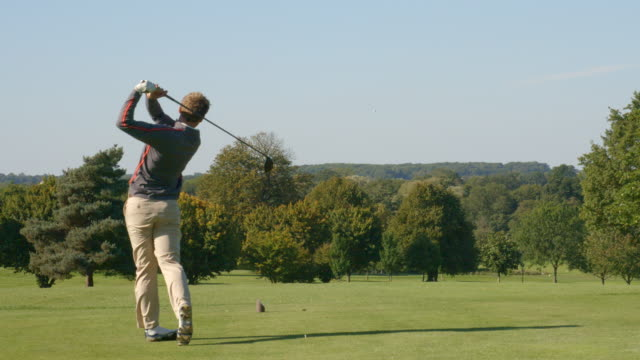 Der Golfball kann als Golfer fährt in Zeitlupe verfolgt werden. – Video