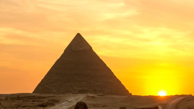 den stora pyramiden tid förflutit på solnedgången i giza, egypten - egyptisk kultur bildbanksvideor och videomaterial från bakom kulisserna