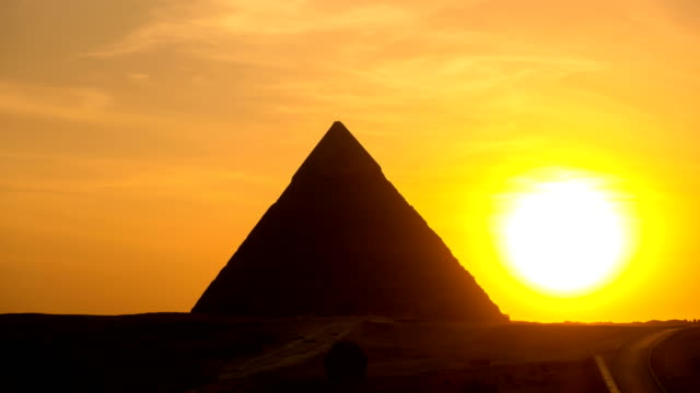 the great pyramid time lapse on sunset in giza, egypt - египет стоковые видео и кадры b-roll