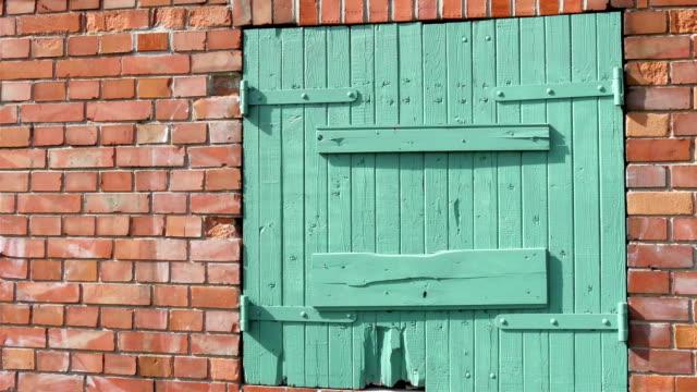 den gröna dörren till tegelhus - stenhus bildbanksvideor och videomaterial från bakom kulisserna