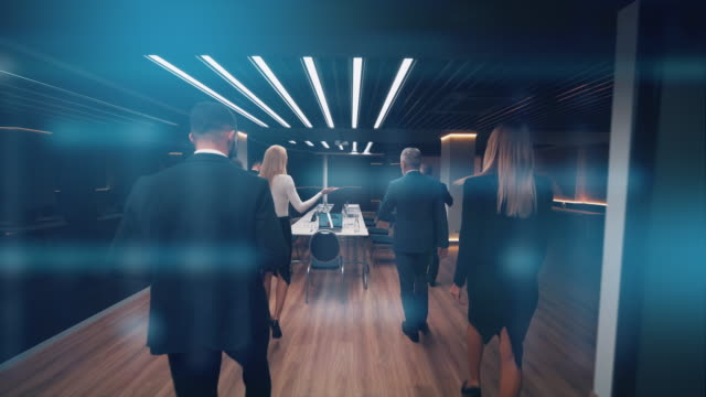 vídeos de stock e filmes b-roll de the group of business people entering the room - business woman hologram