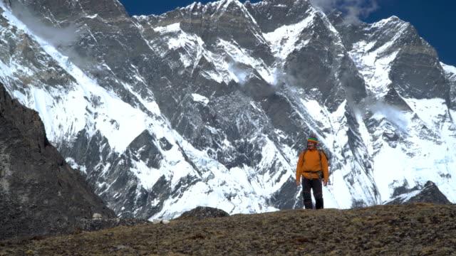 男はヒマラヤを旅します。 - ネパール点の映像素材/bロール