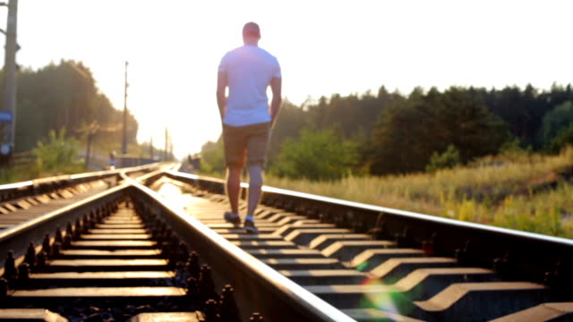 The guy walks on the railway - vídeo