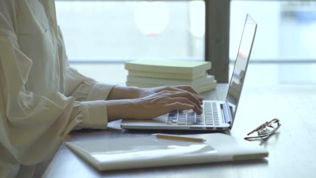 リモートワークで働く若い女性の手 - パソコン 日本人点の映像素材/bロール