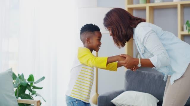 vídeos y material grabado en eventos de stock de el hogar más feliz que hay - madre e hijos