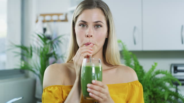 the healthiest drink around - disintossicazione video stock e b–roll