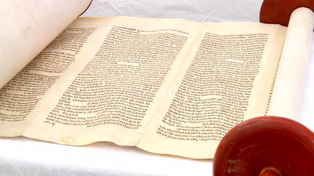 die hebräische thora, 5. september 2016 auf eine synagoge hier angezeigt - tora stock-videos und b-roll-filmmaterial